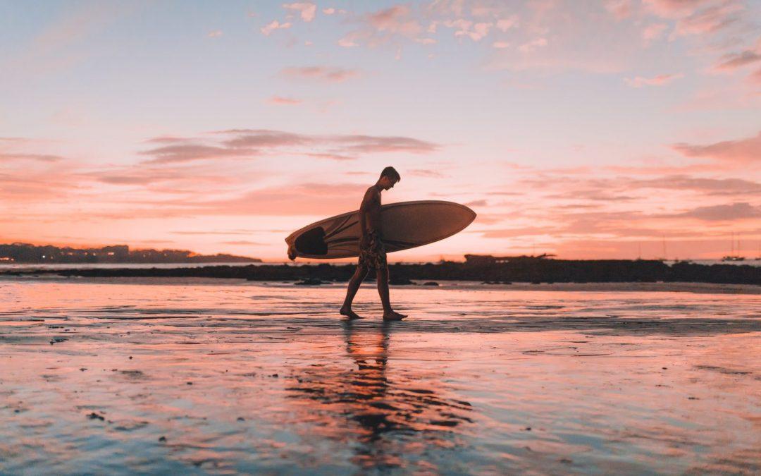 Apprendre le surf et découvrez ses bienfaits physiques !